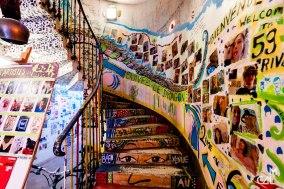 """59 Rivoli : cage d'escalier """"Bienvenue"""" et """"Suivez le dragon"""""""